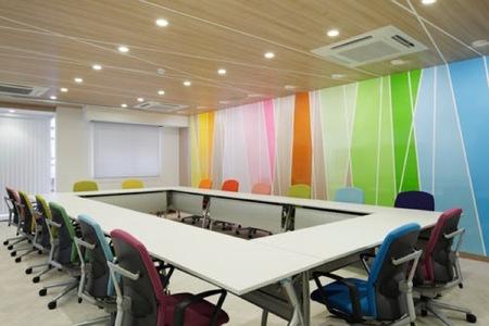 Espacios para trabajar: colores alegres en un centro de investigación clínica