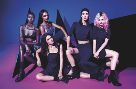 La campaña de la colección Rihanna x River Island nos muestra el rollito de sus prendas