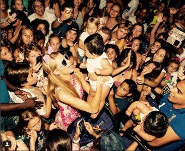 Paris Hilton, la espuma solidaria y su instinto maternal