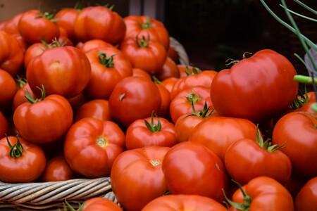 La mejor forma de conservar los tomates en casa (y cuándo es preferible meterlos en la nevera)
