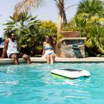 Este robot aspirador se encargará de dejar la superficie de la piscina impoluta y funciona con energía solar