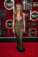 Jennifer Aniston, se te fue la mano con el escote