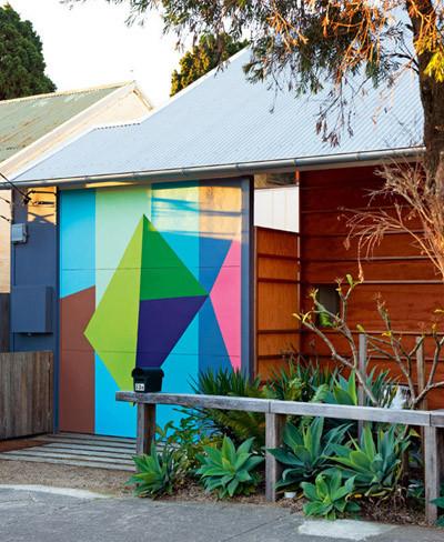 Entrada colorida de vivienda
