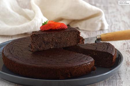 Pastel de chocolate, plátano y pera sin azúcar añadido: receta de postre sin gluten y sin lactosa