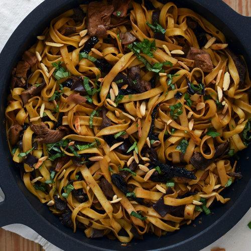 Tagliatelle con salsa de setas, tomate seco y almendras: receta fácil de pasta