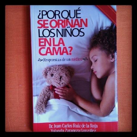 ¿Por qué se orinan los niños en la cama? es un libro del Dr. Ruiz de la Roja sobre la enuresis
