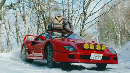 Un Ferrari F40 se pone las cadenas y sale a pasear en la nieve