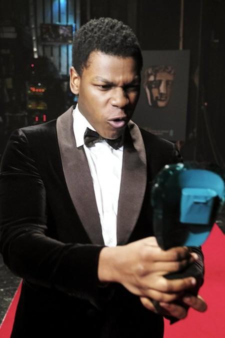 John Boyega flipando con su premio