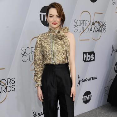 El mejor estilo de Emma Stone ha vuelto, esta vez en forma de pantalón y blusa asimétrica para los SAG Awards 2019