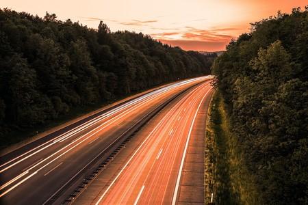 China creará autopista solar para recargar autos. Tendrá (casi) la misma distancia de CDMX a Valle de Bravo