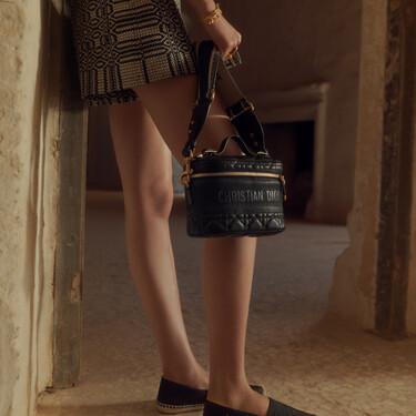 Así de bonito es el neceser de Dior que puedes lucir como un bolso: un capricho de 2.300 euros