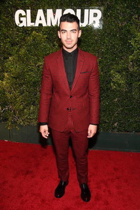 Joe Jonas se viste de rojo y nos inspira a llevar desde ya los looks para las fiestas