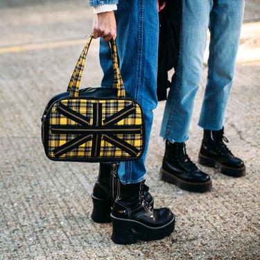 Nos inspiramos en el street style par pisar con fuerza este invierno con unas botas (o botines) de plataforma en color negro