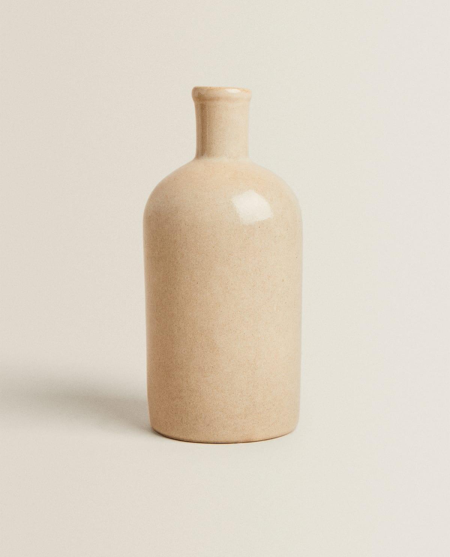 Jarrón de gres con forma de botella.