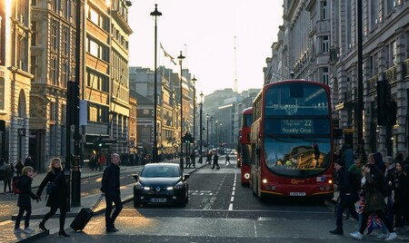 Menos humos para los peatones: estas barreras curvas prometen dispersar la contaminación y devolverla a la carretera