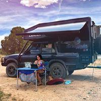 Este Land Rover Discovery camperizado está a la venta y lo tiene todo: baño completo, cocina y hasta escritorio