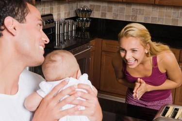 Los padres hablan tres veces menos que las madres con sus bebés: por qué habría que cambiar esta tendencia