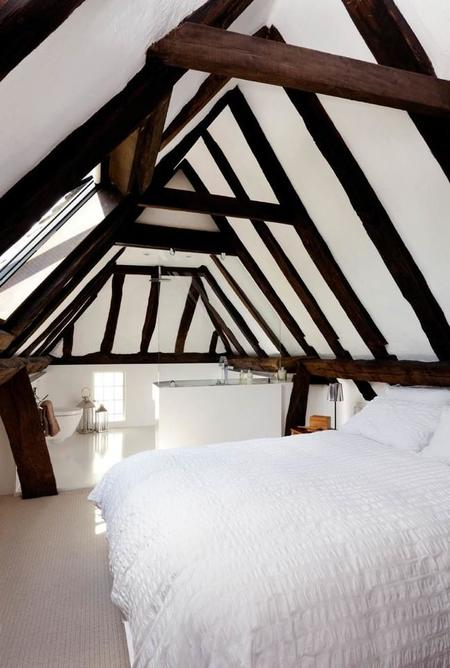 Contraste rústico-contemporáneo en un dormitorio con baño en un viejo granero