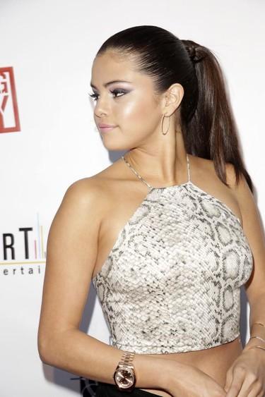 Selena Gomez presume de top y de serpiente