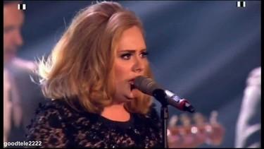 ¿Que no dejas que Adele termine su discurso? ¡Pues toma peineta!