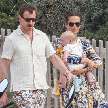 Vestido midi de lujo y sandalias de Zara: Alicia Vikander luce un look de diez durante sus vacaciones en familia en Ibiza