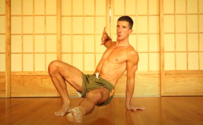Animal flow para entrenar en casa: cómo realizar side kick through para trabajar todo el cuerpo sin material