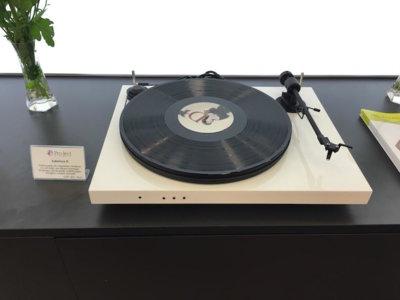 Juke Box E, un giradiscos con Bluetooth y amplificador incorporado