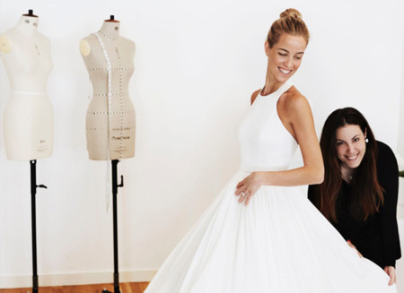 Mary Katrantzou diseña su primer vestido de novia (¡sin estampados!)