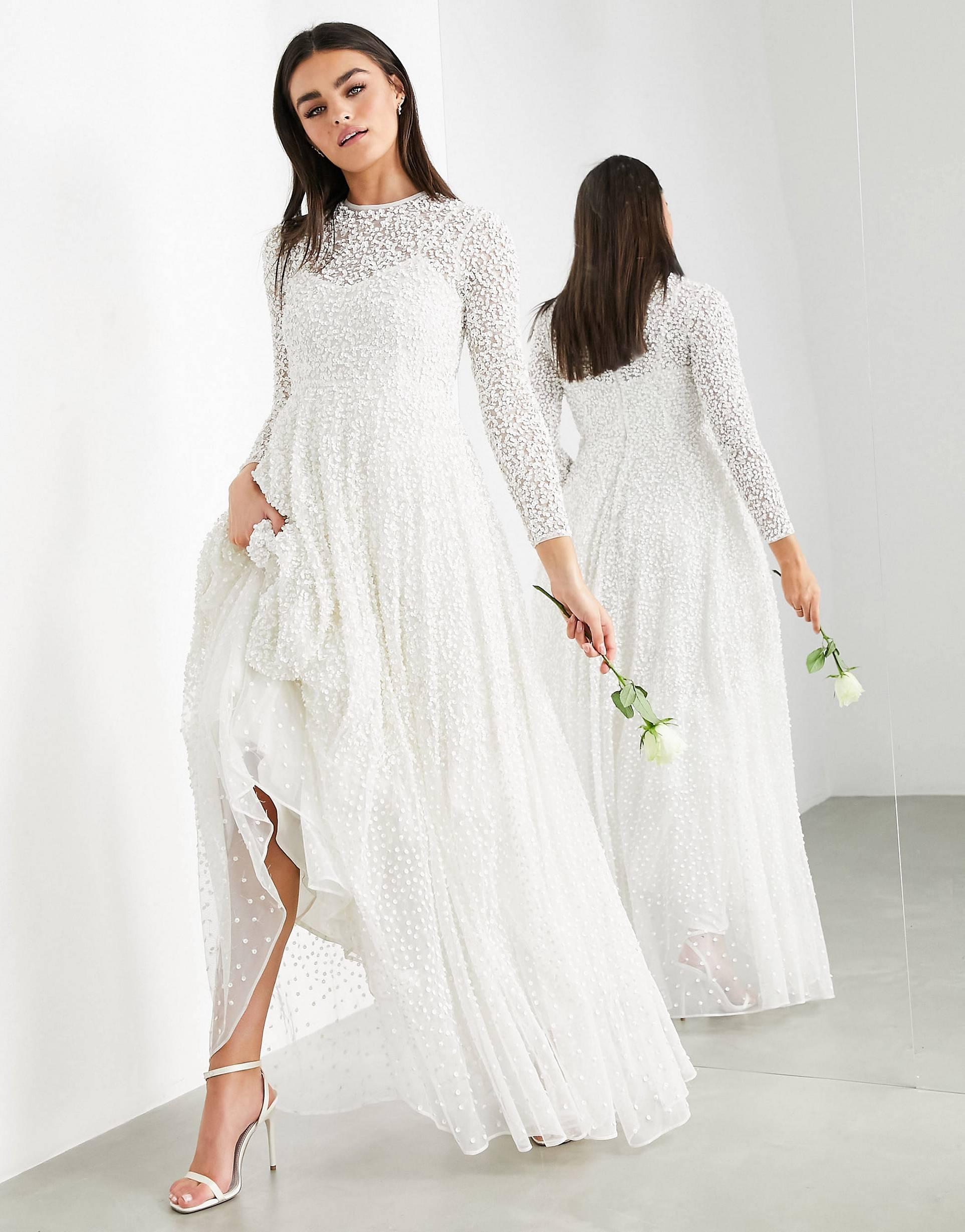 Vestido de boda con falda amplia y diseño adornado.