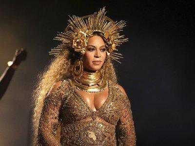 Beyoncé muestra su embarazo en una épica actuación durante los Grammy 2017