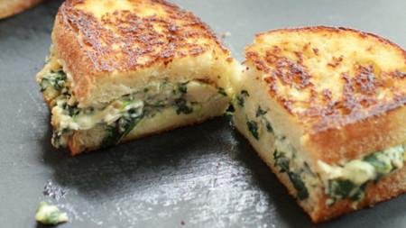 sandwich de queso y espinacas