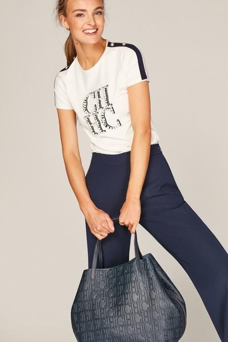 Camiseta de algodón con perlas cosidas a mano formando las iniciales de Carolina