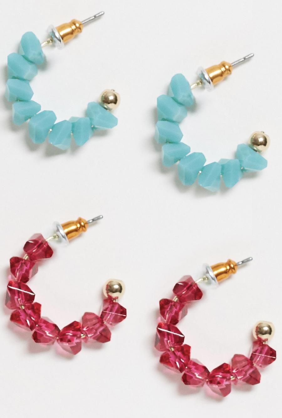 Pack de 2 pendientes de aro en tono dorado con cuentas en azul y rosa de ASOS DESIGN