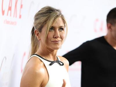 ¡Thumbs up para Jennifer Aniston en la premiere de Cake en Los Angeles!