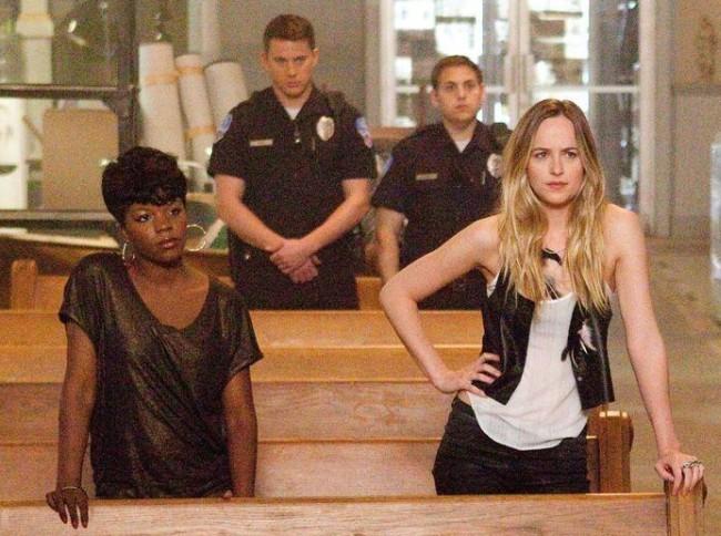 Rye Rye y Dakota Johnson delante de Channing Tatum y Jonah Hill en Infiltrados en Clase