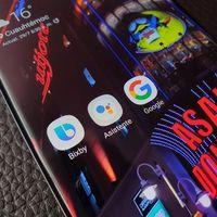 Google quiere más presencia en smartphones Samsung, según Bloomberg: Assistant en vez de Bixby y Play Store en vez de Galaxy Store