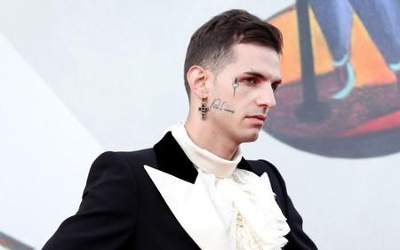 Achille Lauro le da un radical giro al tuxedo en su look para el Festival de cine de Venecia
