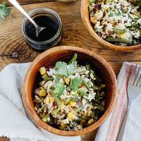 Ensalada de arroz y ejotes con salsa de soya. Receta vegetariana