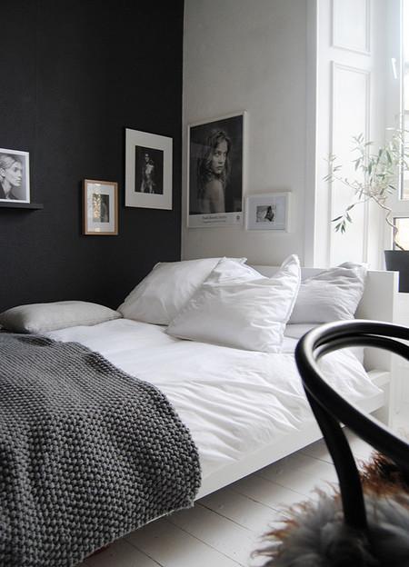 Dormitorio con pared negra