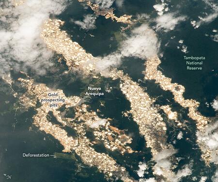 Vista de las prospecicones de oro en la selva amazónica de Perú.