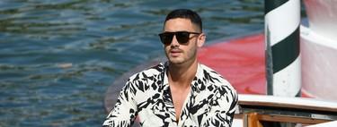 Alejandro Speitzer adopta el look hawaiano a blanco y negro a su llegada al Festival de Cine de Venecia
