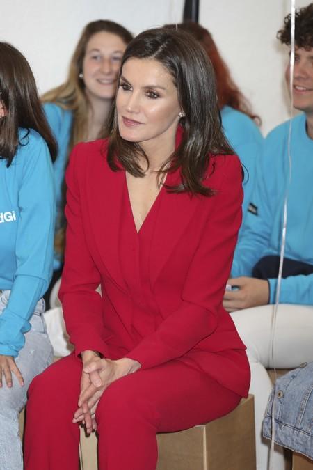 Nadie luce el rojo como la Reina Letizia, y con este traje de Roberto Torretta lo vuelve a demostrar