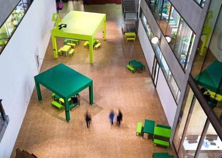 Mesas gigantes que separan ambientes y te hacen sentir como un liliputiense en la oficina