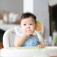 Los bebés pueden empezar a comer pescado azul a los seis meses