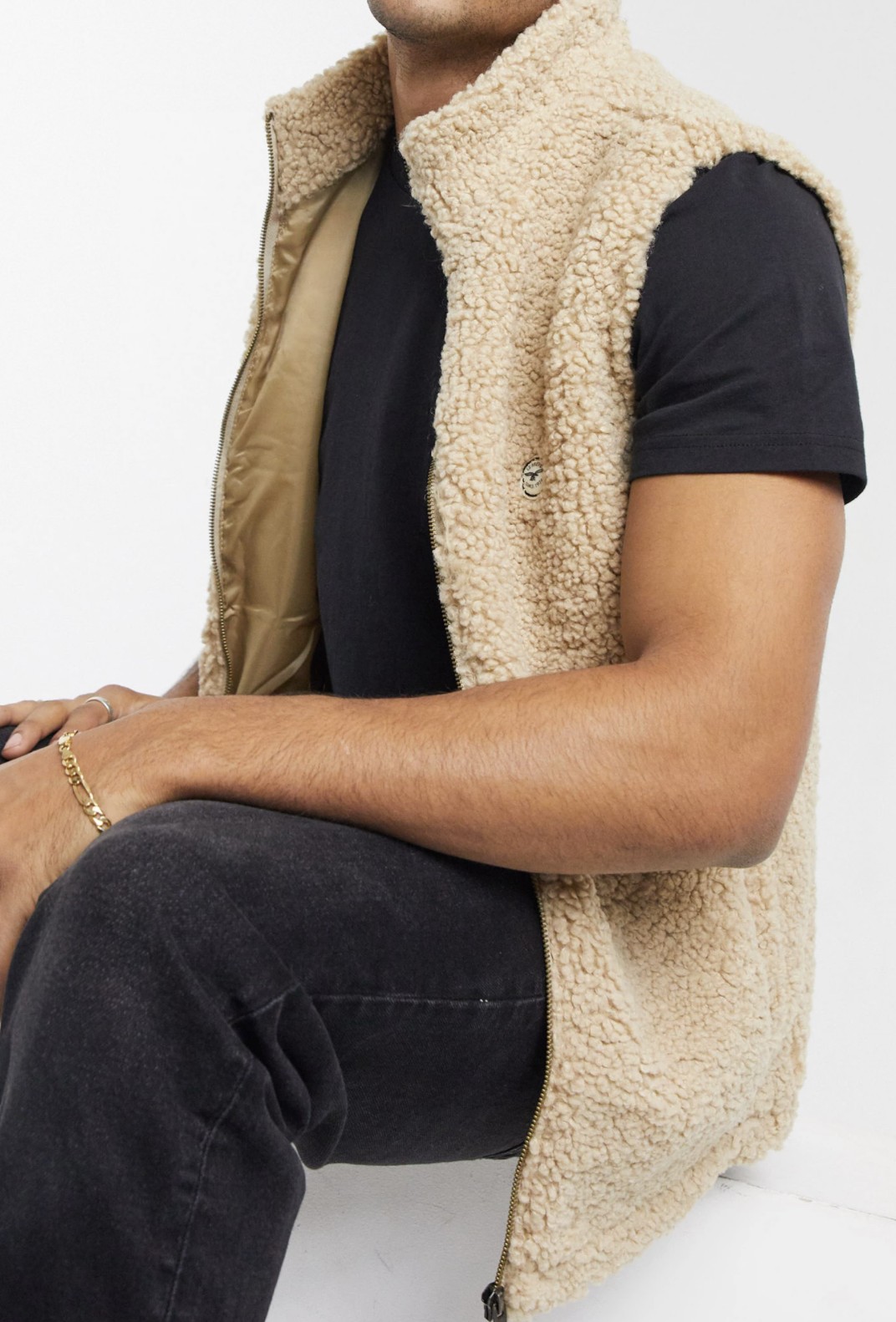Chaleco crema con cuello alzado de borreguito de Le Breve