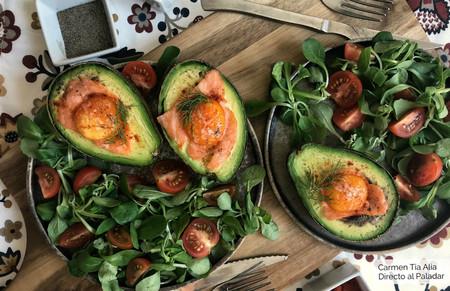 Aguacates al horno con salmón y huevo
