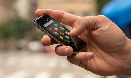 Así es el nuevo móvil de Palm: diminuto, elegante y enfocado a la desconexión