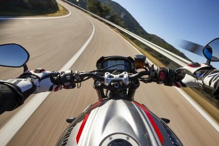 Los SD-R12 son unos guantes para moto españoles, cosidos con hilo de Kevlar y por menos de 90 euros