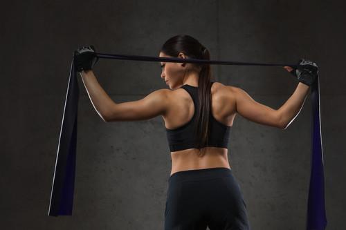 Cinco ejercicios para entrenar tus abdominales con unas gomas elásticas
