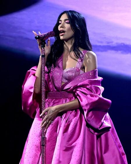 Dua Lipa brilla con luz propia en el escenario de los Grammy Awards 2021 con su look de Versace en color rosa fucsia